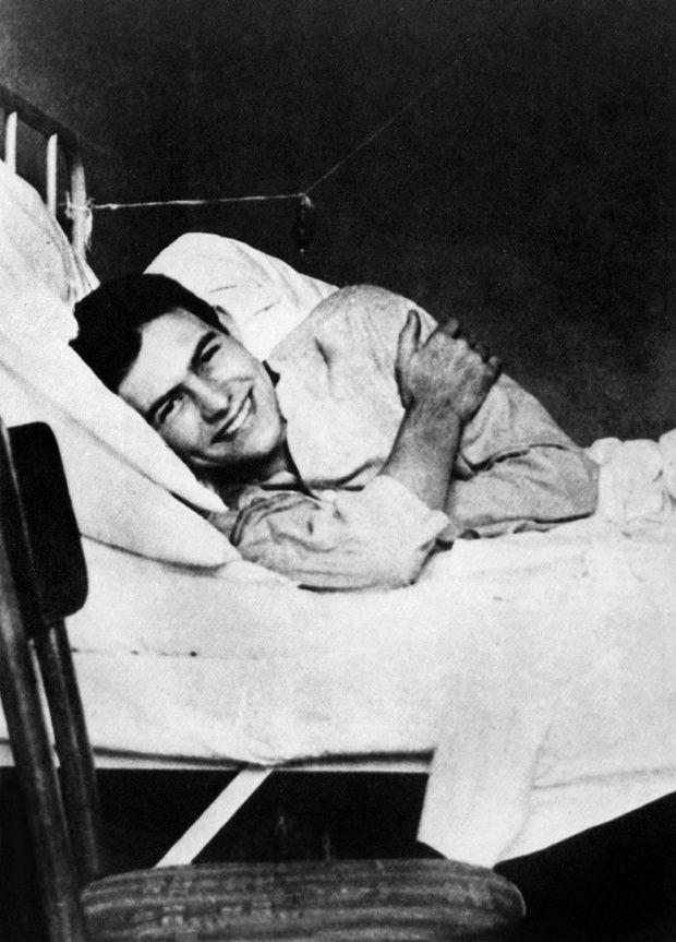 L' ecrivain Ernest Hemingway en convalescance a l'hopital de la Croix Rouge de Milan en juillet 1918. Il a ete blesse aux jambes lors d'une intervention en tant qu'ambulancier sur le front --- American writer Ernest Hemingway in the Red Cross Hospital in Milan, july 1918